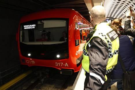 Länsimetro lähti ensimmäistä kertaa liikkeelle Matinkylän asemalta viime viikon lauantaina.