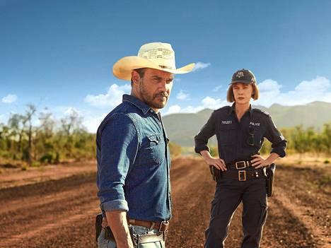 Rikospoliisi ja kaupunkicowboy Jay Swan (Aaron Pedersen) komennetaan Länsi-Australian syrjäseudulle selvittämään kahden nuorukaisen katoamista. Paikallinen ylikonstaapeli Emma James (Judy Davis) ei ole varma omapäisen Swanin valitsemasta tiestä.