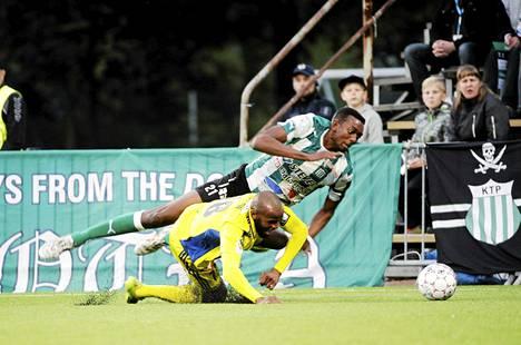 Ousman Jallow (vas.) teki Kotkassa tasoitusmaalin HJK:lle, jonka kausi on päättymässä mahalaskuun.