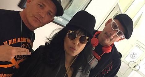 Ysärisuosikki Leila K nyt. Kuvassa myös Rob'n'Raz -duo.