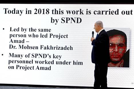 Arkistokuva Israelin pääministeri Benjamin Netanjahun vappuaattona 2018 pitämästä tiedotustilaisuudesta, jossa tämä maalitti Mohsen Fakrizadehia.