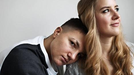 Kotka ja Perhonen. Elina Gustafssonin (vas.) ja Emmi Asikaisen ensitreffeillä juttu alkoi luistaa, kun Elina kysyi Emmin toteemieläintä. Se oli perhonen.