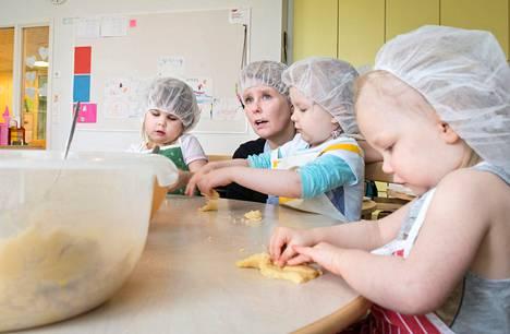 Oululaisessa Värtön päiväkodissa otettiin henkilökunnan kahvihuone kerhokäyttöön. Lapset Aino Kangas (vas.), Jenna Horttanainen ja Veera Horttanainen leipoivat pikkuleipiä Heli Eskolan johdolla.