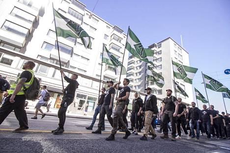 Uusnatsijärjestö Pohjoismaisen vastarintaliikkeen jäsenet marssivat Turussa viime elokuussa.