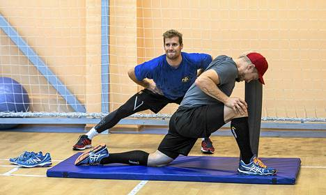 Lihashuolto on tärkeässä osassa kovaan rasitukseen joutuvilla pelaajilla. Venyttelemässä Topi Jaakola (takana) ja Niklas Hagman.