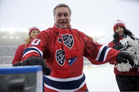 Matti Hagman pudotti avauskiekon talviklassikko-ottelussa HIFK–Jokerit olympiastadionilla helmikuussa 2012.