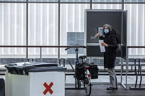Iris Maher halusi kokeilla pyörällä äänestämistä maanantaina Amsterdamissa. Maher sanoi valinneensa vihreän vasemmiston, sillä on tyytymätön nykyhallituksen linjaan.