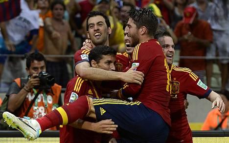 Espanjan Jesús Navas (vas.), Sergio Busquets, Javi Martínez, Sergio Ramos ja Juan Mata juhlivat maansa finaalipaikkaa Confederations Cupissa. Espanja kaatoi välierissä Italian.