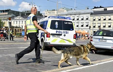 Poliisipartioita töissä viime kesänä Trump-Putin-tapaamista edeltävänä viikonloppuna Helsingissä.