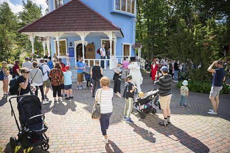 Naantalin Muumimaailman kävijöistä viidesosa on ulkomaalaisia, pääasiassa venäläisiä, ruotsalaisia ja japanilaisia. Tänä kesänä heitä ei ole näkynyt, ja kotimaanmatkailijoiden on toivottu paikkaavan puutetta.