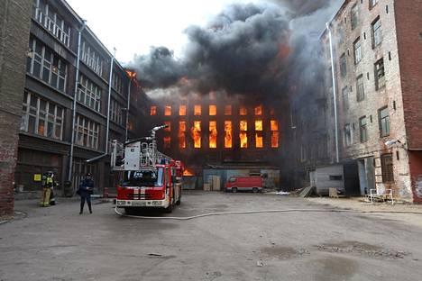 Palokunta sammuttamassa Nevskaja Manufaktura paloa Pietarissa.