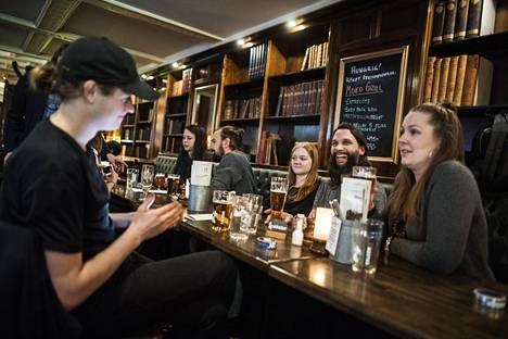 Oskar Omne (vas.) ja Ann Jonasson (oik.) kokoontuivat oluille Tukholman Södermalmilla yhdessä muiden freelance-valokuvaajien kanssa.