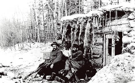 """Vilho Tapio (oik.) teki ystävineen metsästysretken Kanadaan 1913–1915. Retkeä """"muistellaan"""" suvun keskuudessa edelleen."""
