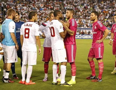 Real Madridin puolustaja Sergio Ramos keskustelee AS Roman keskikenttäpelaaja Seydou Keitan kanssa tämän tempauksesta.