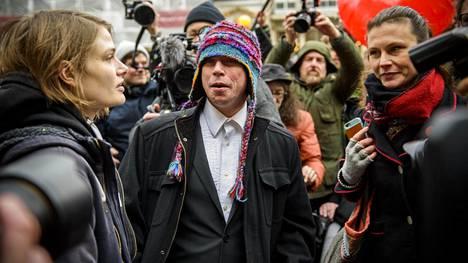 Suomalais-brittiläinen hakkeri Lauri Love saapui oikeudenistuntoon keskiviikkoaamuna Lontoossa tyttöystävänsä Sylvia Mannin (vas.) kanssa. Oikeustalon eteen oli kokoontunut paljon Loven tukijoita sekä median edustajia.