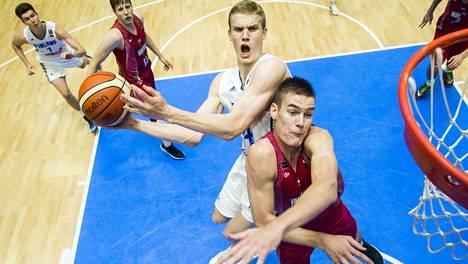 Suomen Lauri Markkanen (vas.) valittiin nuorten EM-turnauksen tähdistöön.