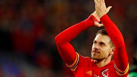 Walesin Aaron Ramsey osoitti suosiotaan Walesin kannattajille EM-karsintojen ottelussa Cardiffissa marraskuussa 2019.