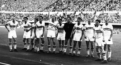 Vuoden 1952 olymppiakultaa voittanut Unkarin joukkue. Äärimmäisenä oikealla Jenõ Buzánszky.