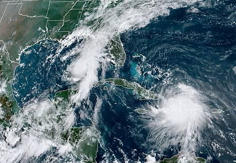 Sunnuntaina otetussa satelliittikuvassa näkyy, miten oikealla oleva hirmumyrsky Laura liikkuu Haitin yli Karibianmerellä, kun taas vasemmalla oleva hirmumyrsky Marco lähestyy Yhdysvaltain rannikkoa.