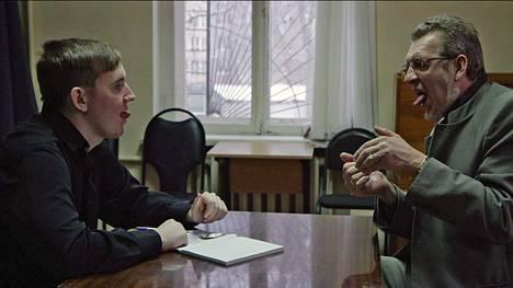 Venäläinen, Nižni Novgorodin miljoonakaupungissa asuva Oleg Maximov (vas.) kohtaa äitinsä määräyksestä useita epäilyttäviä terapeutteja. Lempein heistä on teatteriryhmän vetäjä, joka aloittaa harjoitukset oikealla kielen asennolla.