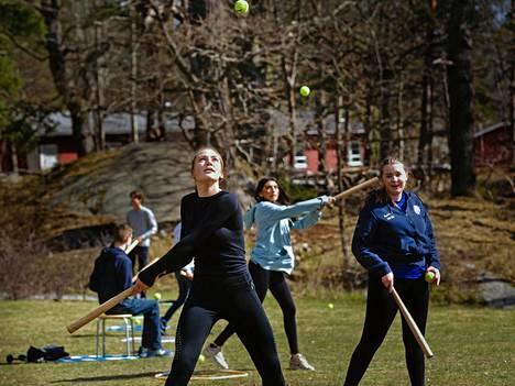 Kuvia Ruotsin lievistä rajoituksista on viime viikkoina ihmetelty varsinkin maissa, joissa ulkonaliikkumiskiellotkin ovat olleet laajoja. Tilde Sällvin, 15, on saanut luokkakavereineen käydä koulussa 9 D -luokalla Johannes Petri -oppilaitoksessa koko pandemian ajan.