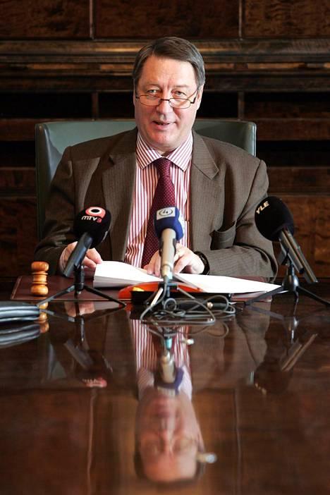 Vuonna 2005 puolustusvaliokunnan puheenjohtajana toiminut Kauko Juhantalo piti tiedotustilaisuuden valtioneuvoston turvallisuus- ja puolustuspoliittisen selonteon toimeenpanoa koskevasta valiokunnan arvioinnista.
