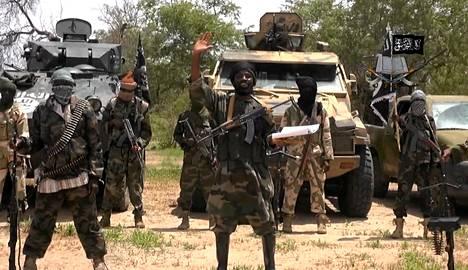Kuvakaappaus Boko Haramin julkaisemalta videolta heinäkuun 13. päivänä 2014. Islamistiryhmän mukaan kuvassa keskellä on Abubakar Shekau.