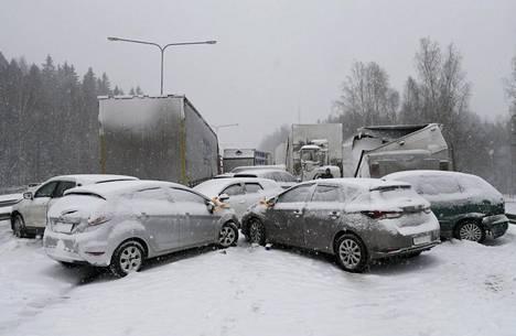 Kymmenien autojen peräänajo katkaisi liikenteen Turunväylällä kokonaan.
