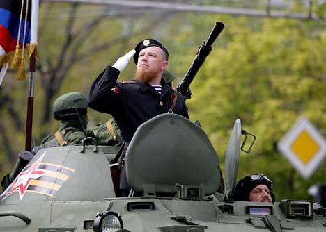 Arseni Pavlov voitonpäivän paraatissa Donetskissa toukokuussa 2016.