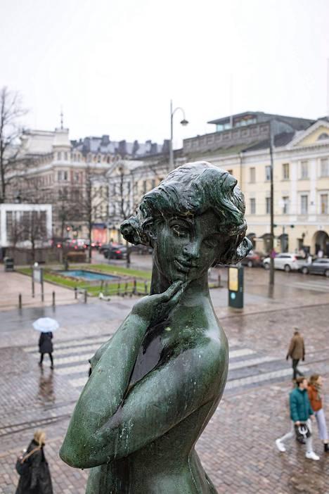 25. lokakuuta: Havis Amandan patsas odotteli talven tuloa sadesumuisessa säässä Kauppatorilla.