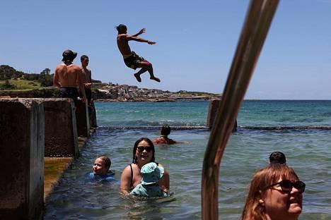 Uimarit nauttivat auringosta Coogee-rannalla Sydneyssä keskiviikkona 13. tammikuuta.