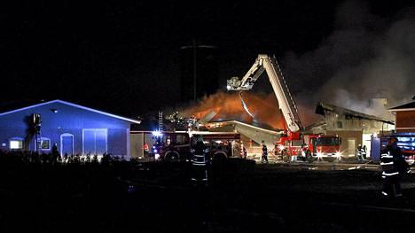 Sikala syttyi palamaan iltayhdeksän jälkeen Turuntiellä Aurassa maanantaina 29. huhtikuuta.