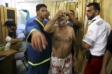 Loukkaantunutta palestiinalaismiestä hoidetaan tiistaiaamuna sairaalassa Khan Younisissa. Yön pommitukset kohdistuivat Gazan eteläisiin osiin..