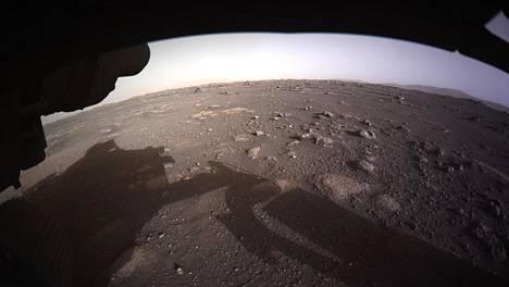 Perseverancen ensimmäinen värillinen valokuva Marsista julkaistiin perjantaina.