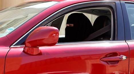 Saudi-Arabiassa ei myönnetä naisille ajokorttia. Kuvassa nainen ajelulla lokakuussa 2013.