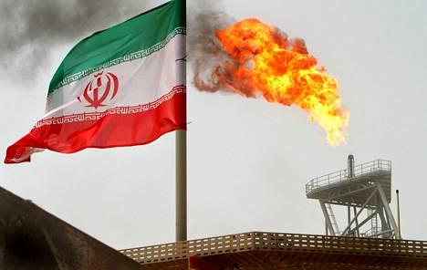 Iranin lippu liuhui öljynjalostamon vieressä Persianlahdella heinäkuussa 2005.