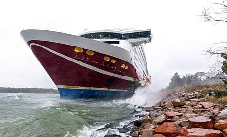 Tuuli työnsi Viking Grace -aluksen rantaan Maarianhaminan edustalla lauantaina.