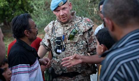 Tanskalainen everstiluutnantti Peter Dahl haastatteli silminnäkijöitä al-Tremsen kylässä sunnuntaina.