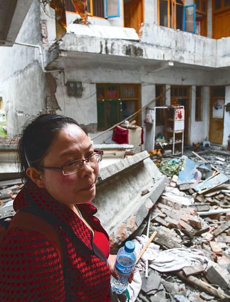 Kemianopettaja Pei Yue näki maanantaina ensimmäistä kertaa perheensä kotitalon maanjäristyksen jäljiltä.
