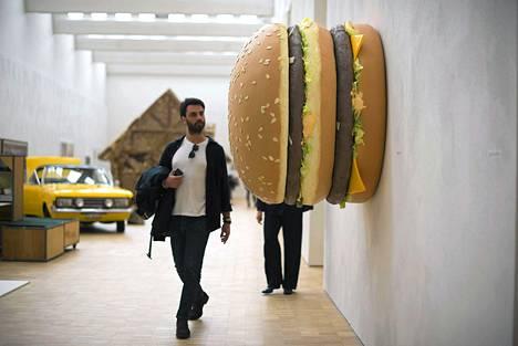 Tom Friedmanin veistos Big Big Mac löytyy Milanon taide- ja ruokamessuilta.