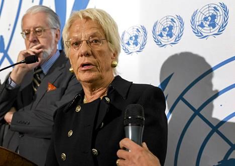 Syyrian tutkimuskomissio jäsen Carla del Ponte kertoi Syyriassa tapahtuneista sotarikoksista Genevessä. Taustalla  komission johtaja, Paulo Pinheiro.