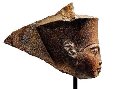 Yli 3000 vuotta vanhasta kivisestä päästä on revennyt kova kiista huutokauppakamarin ja Egyptin välille.