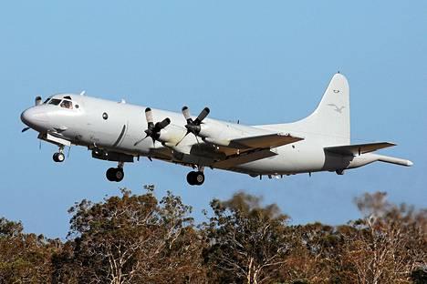 Etsintöihin osallistuva Australian ilmavoimien kone nousi ilmaan sunnuntaina Australian Perthissä.