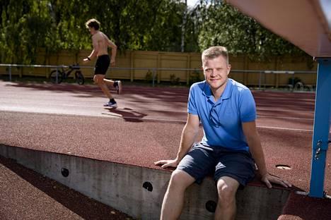 Urheiluortopedi Lasse Lempainen kuvattuna Helsingin Eläintarhan kentällä, jossa hän on itsekin harjoitellut juoksuvetoja.
