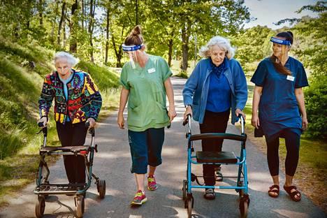 Ann-Marie Erixon sai kävelyseuraa fysioterapeutti Daria Lubowieckasta. Ingrid Döblingin vieressä kulki sairaanhoitaja Maryna Umanets.