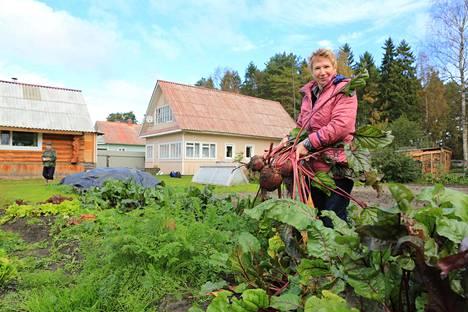"""Eläkeläinen Nina Vorobei asuu Derevjannojen kylässa noin 25 kilometrin päässä Petroskoista. Hän äänestää duumanvaaleissa Yhtenäistä Venäjää, koska ei halua, että asiat muuttuvat huonommiksi. """"Kun katsoo television vaalidebatteja, ei tee mieli elää. Se on sellainen häpeä. Ei niitä ihmisiä voi lähettää kansainvälisiin tapaamisiin."""""""