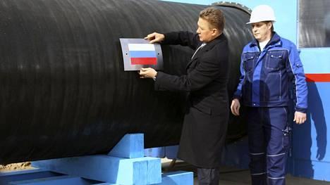Gazpromin johtaja Aleksei Miller kiinnitti Venäjän lipun Nord Stream -putkeen Viipurissa 2010.