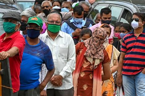 Ihmiset jonottivat koronavirusrokotukseen Mumbaissa toissa viikolla.