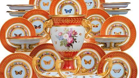 Peggy ja David Rockefeller keräilivät myös posliinia. Tämä hyönteisten kuvin koristeltu Sèvres-jälkiruoka-asiasto kuului alun perin keisari Napoleon I:lle 1800-luvun alussa. Napoleonin kerrotaan pakkauttaneen astiaston mukaansa, kun hänet karkotettiin Elban saarelle. Hinta-arvio on 122 000–203 000 euroa.