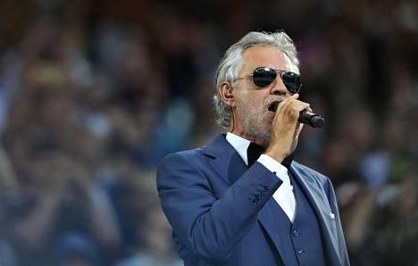 Andrea Bocelli lauloi Atletico Madridin ja Real Madridin välisessä Champions-liigan ottelussa Milanossa toukokuussa 2016.